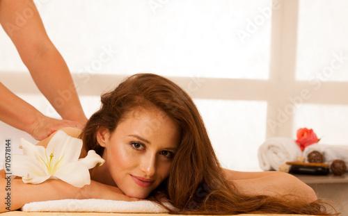 Plakat Pielęgnacja ciała. Zabieg masażu ciała. Kobieta o masaż w salonie spa