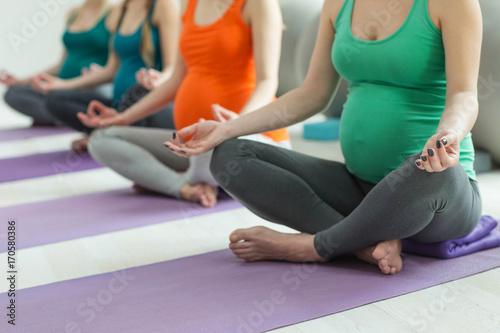 Fotobehang School de yoga Pregnant woman doing yoga