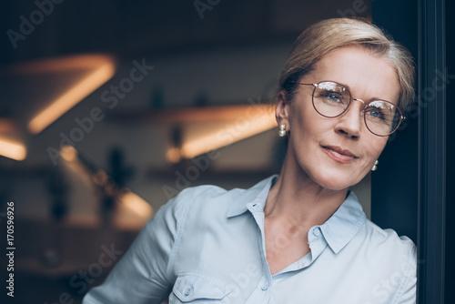 Obraz pensive woman in eyeglasses - fototapety do salonu