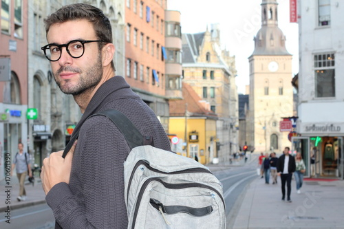 Photo  Male strolling around the city with his backpack