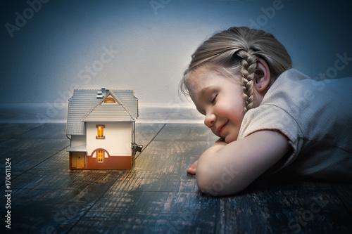 Plakat Dziewczynka zasnęła na podłodze przed magicznym domkiem z bajki
