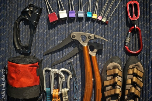 Photo Climbing equipment laid out on a blue rope