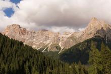 Montagne Rocciose Con Cielo Nu...