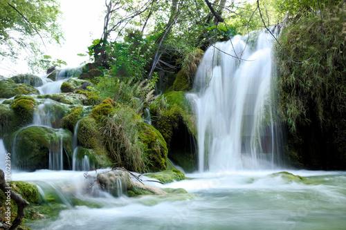 Photo Stands Dark grey plivicer seen - Wasserfall mit Kaskade