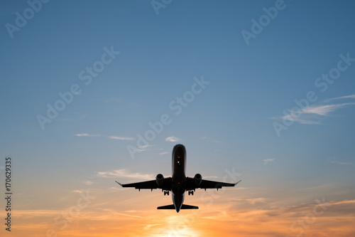 Photo airplane on sunset sky , aircraft silhouette scenic sky