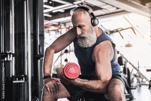 Fotografia  Serious senior male is enjoying sporty lifestyle