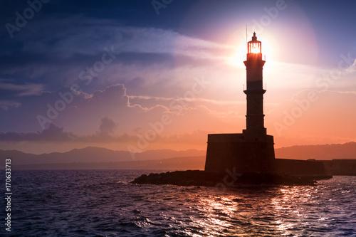 Plakat Latarnia morska na zachód słońca. Chania, Kreta, Grecja.