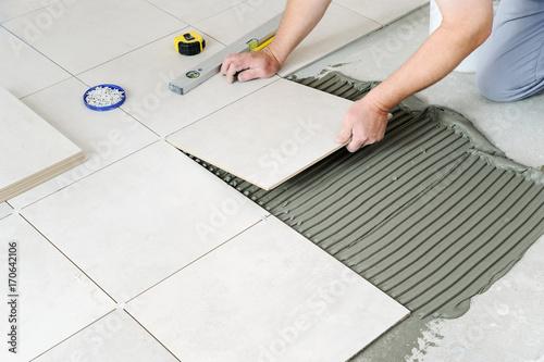 Fotografía  Laying Ceramic Tiles.