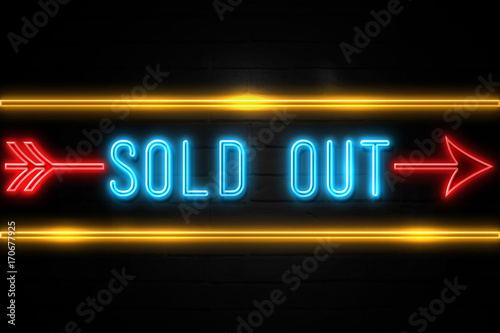 Sold Out  - fluorescent Neon Sign on brickwall Front view Lerretsbilde