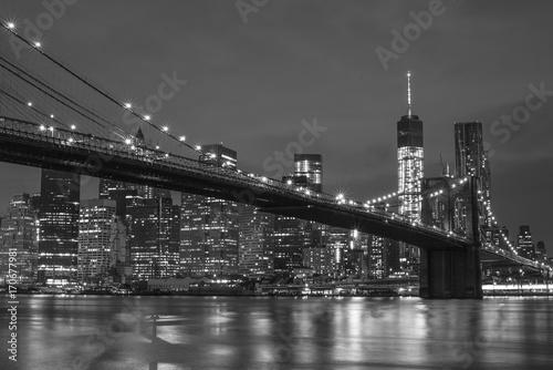 Fototapeten New York The Manhattan Bridge and New York City at night
