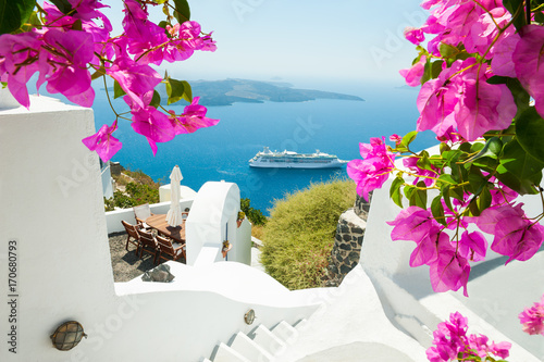 La pose en embrasure Santorini White architecture on Santorini island, Greece.