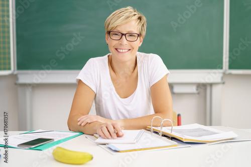 Fotografía  lehrerin bereitet unterricht vor