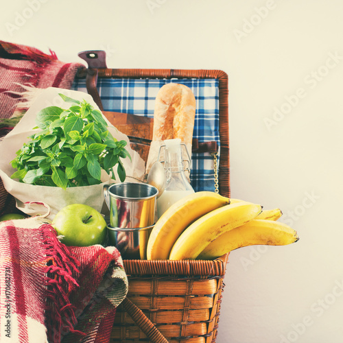 Keuken foto achterwand Picknick Picnic Wattled Basket Setting Food Summer Time