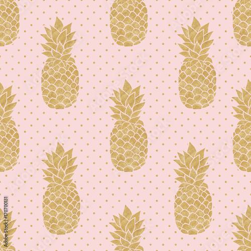 bezszwowy-wzor-z-zlocistymi-ananasami-na-polki-kropki-tle-rozowy-i-zloty-wzor