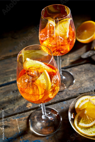 Spoed Foto op Canvas Bar Refreshing lemon spritz cocktails on rustic timber