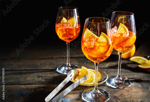 Billede på lærred Lemon, citrus spritz cocktails on rustic timber