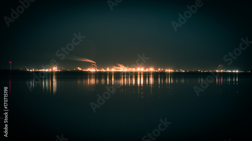 Plakat Małe miasto Skyline w nocy