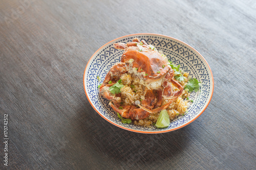 Photo  Fried rice with crab on wooden table.