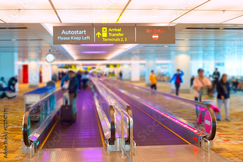 Deurstickers Luchthaven Singapore airport travelator