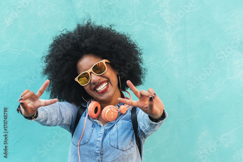 Photo  Beautiful afro american woman making peace sign.