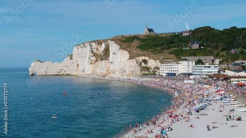 Photo Étretat, vue sur la plage et la porte d'amont (France)