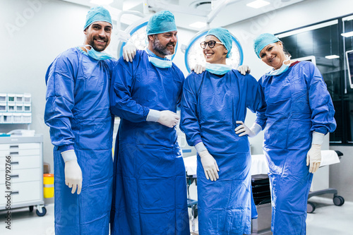 Cuadros en Lienzo  Successful surgeon team standing in operating room