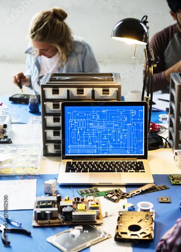 Fotografía  Computer laptop showing electronic circuit pattern