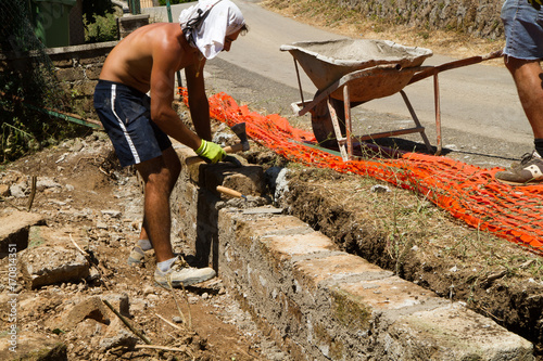 Cadres-photo bureau Gris traffic bricklayer making a new wall