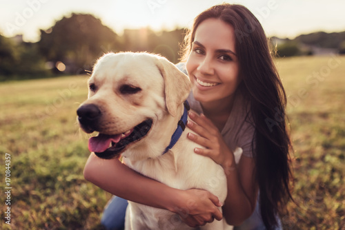 Photo  Young woman with dog