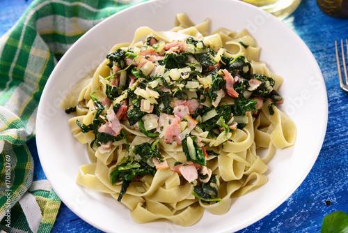 Fotografia Tagiatelle pasta with spinach and ham