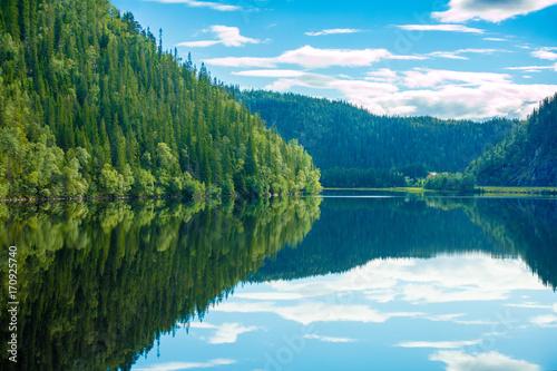 Plakat Skalisty brzeg górskiego jeziora. Piękna przyroda Norwegii. Niebo odbicie w jeziorze
