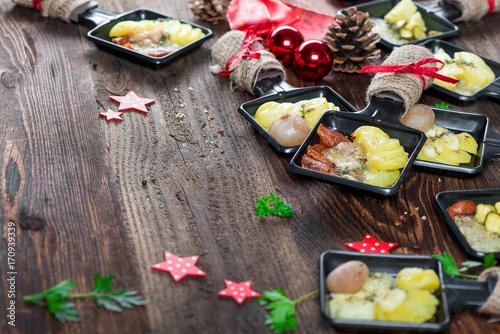 Foto auf AluDibond Bar Raclette - Wurst und Käse - Platte - Jause - Zutaten - Grill - Grillen
