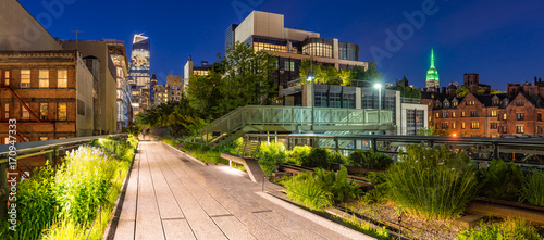 mata magnetyczna Panoramic view of the High Line promenade at twilight with city lights and illuminated skyscrapers. Chelsea, Manhattan, New York City