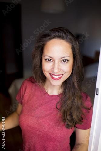 mujer adulta bella se asoma a una ventana Canvas Print