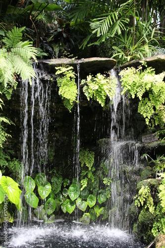 malowniczy-niewielki-tropikalny-wodospad