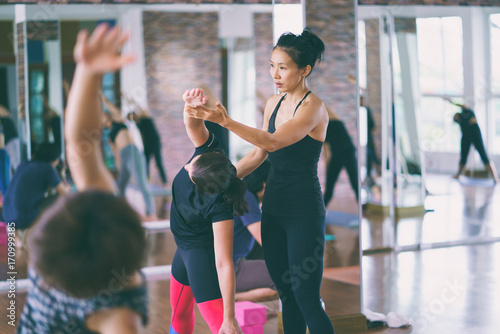 Poster Ecole de Yoga Group women asian doing stretching yoga hot exercises with instructor in studio