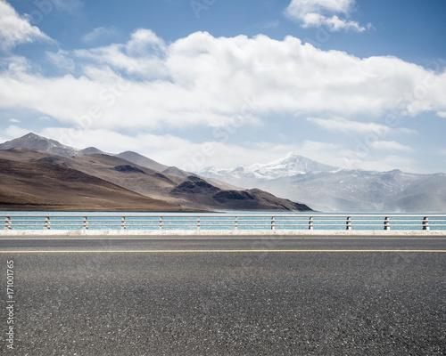Zdjęcie XXL droga z świętym jeziorem w Tybecie