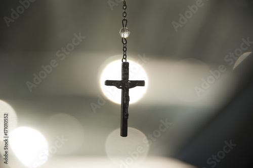 Fotografia Crucifix in center of spotlight