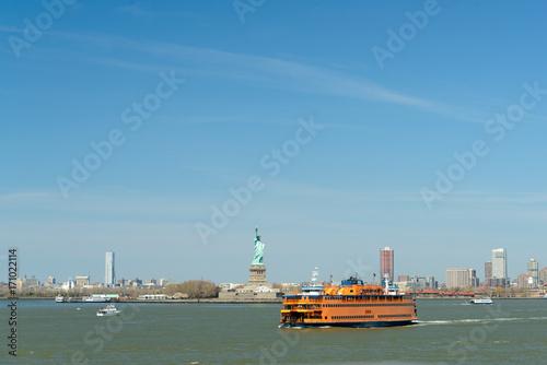 New York mit der Fähre vorbei an Liberty Island mit der Freiheitsstatue