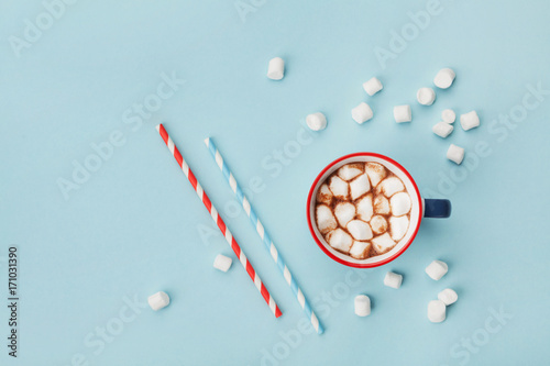 Poster de jardin Chocolat Mug of hot cocoa or chocolate and straw on turquoise table top view. Flat lay.