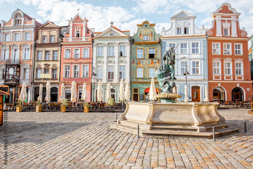 Fototapety, obrazy: Widok na piękne stare budynki z fontanną Neptuna w Poznaniu podczas porannego światła