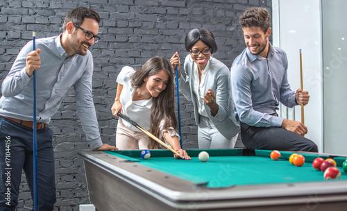 Zdjęcie XXL Ludzie biznesu grać w bilard po pracy.