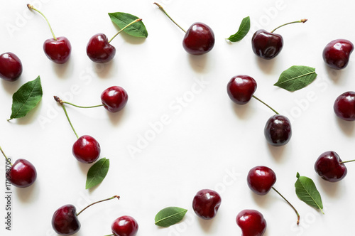 Montage in der Fensternische Kirschblüte Creative fresh cherry pattern background with copy space. Isolated fruit.