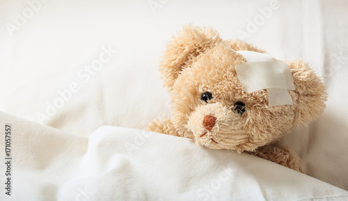 Carta da parati Teddy bear sick in the hospital