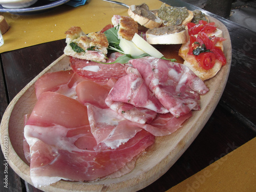 Papiers peints Entree Typical rustic tuscan appetizer with crostini, prosciutto, brawn, salami, cheese on a wooden tray . Italian starter