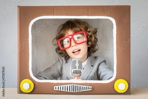 Child playing with cartoon TV Fototapet