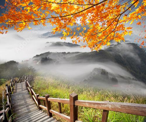 bardzo-mglisty-dzien-w-gorach-jesienna-pora