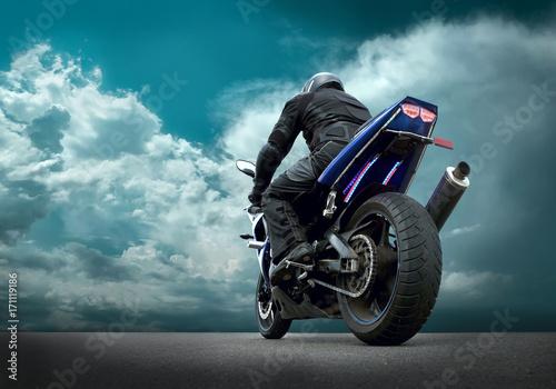 mezczyzna-na-motocyklu-przygotowujacy-sie-do-startu