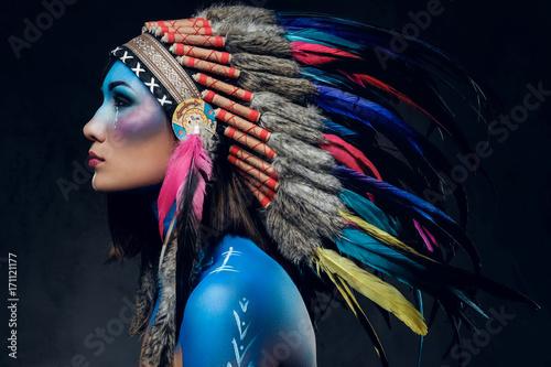 kobieta-z-indyjskim-kapeluszem