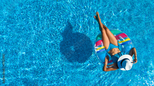 Photo  Aerial top view of beautiful girl in swimming pool from above, relax swim on inf